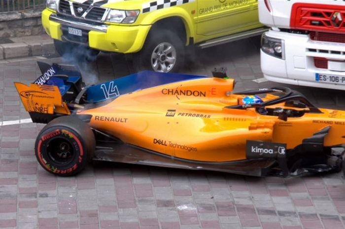 Mobil McLaren yang ditunggangi Fernando Alonso mengalami masalah mesin yang menyebabkan dirinya gagal melanjutkan balapan di GP Monaco, Minggu (27/5/2018).