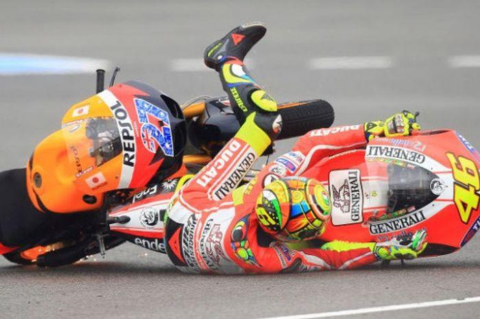 Valentino Rossi terjatuh dan menyenggol motor Casey Stoner.