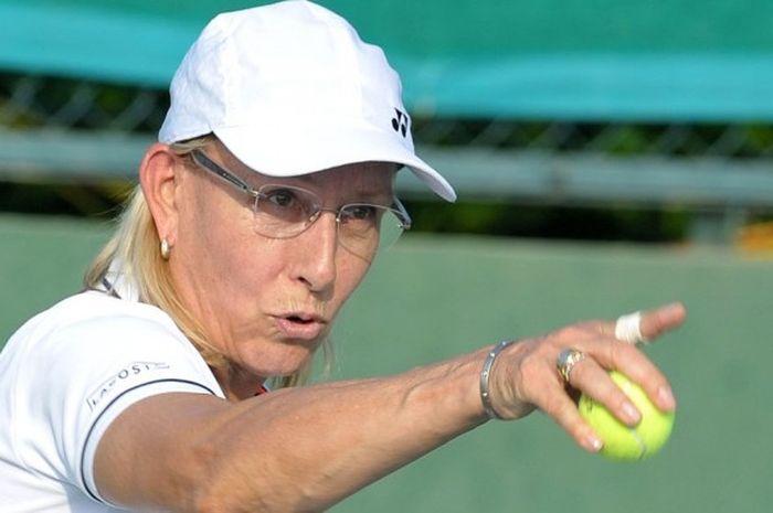 Mantan petenis Amerika Serikat, Martina Navratilova, saat berpartisipasi dalam laga eksebisi pada Tennis Masters Hyderabad 2015 di Sania Mirza Tennis Academy, Hyderabad, 26 November tahun lalu.
