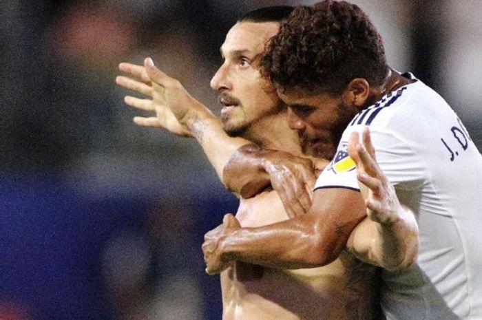 Pemain  Los Angeles Galaxy, Zlatan Ibrahimovic (kiri) dan Jonathan Dos Santos merayakan gol ketiga
