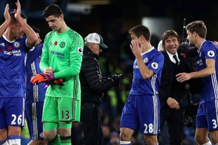 Manajer Chelsea, Antonio Conte, memeluk Marcos Alonso setelah pertandingan melawan Everton berakhir di Stamford Bridge pada 5 November 2016.