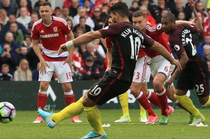 Sergio Aguero mencetak gol penalti buat Manchester City saat melawan Middlesbrough pada partai Premier League - kasta teratas Liga Inggris - di Stadion Riverside, Minggu (30/4/2017).