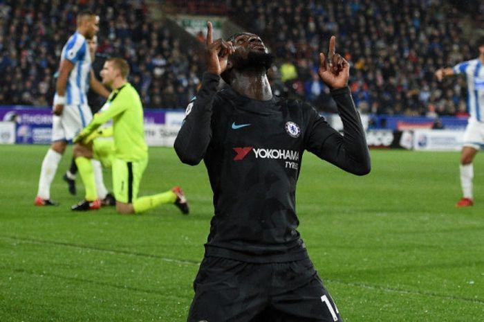 Gelandang Chelsea, Tiemoue Bakayoko, merayakan gol yang dia cetak ke gawang Huddersfield Town dalam laga Liga Inggris di Stadion John Smith's, Huddersfield, pada 12 Desember 2017.