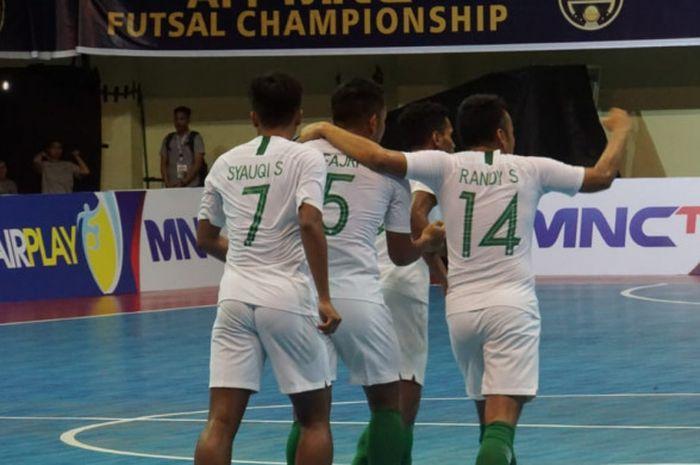 Pemain timnas futsal Indonesia, Randy Satria dkk merayakan gol ke gawang Myanmar di GOR UNY, Senin (5/11/2018).