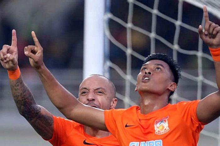 Pemain Borneo FC, Lerby Eliandri, melakukan selebrasi seusai mencetak gol ke gawang Mitra Kukar d