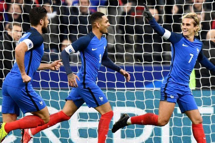 Striker Prancis, Antoine Griezmann (kanan), merayakan gol yang dia cetak ke gawang Wales dalam laga persahabatan di Stade de France, Saint-Denis, Prancis, pada 10 November 2017.