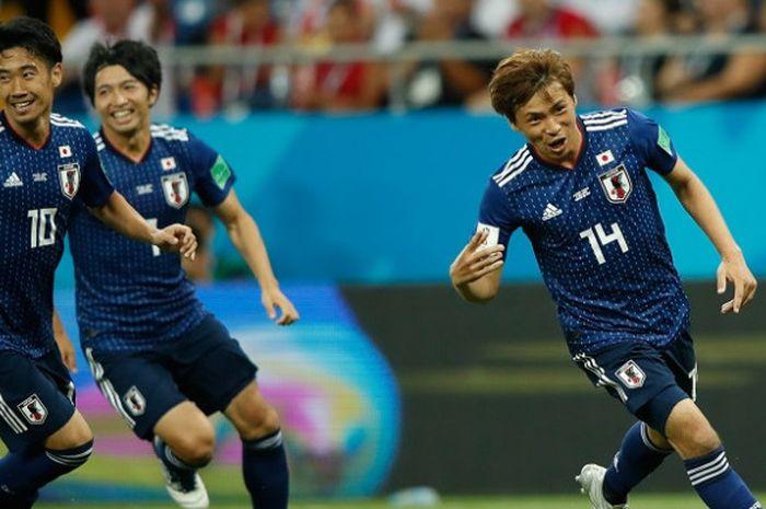 Gelandang timnas Jepang, Takashi Inui (kanan), saat merayakan gol yang ia cetak ke gawang Belgia dalam laga babak 16 besar Piala Dunia 2018 di Rostov Arena, Rostov-On-Don, Rusia, pada Selasa 2 Juli 2018.