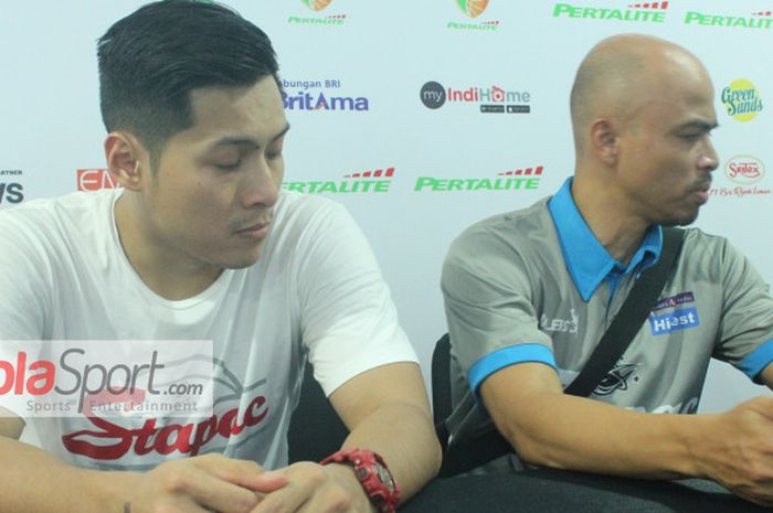 Asisten pelatih Stapac Jakarta, AF Rinaldo, dan sang pemain, Rizky Effendi, pada konferensi pers usa