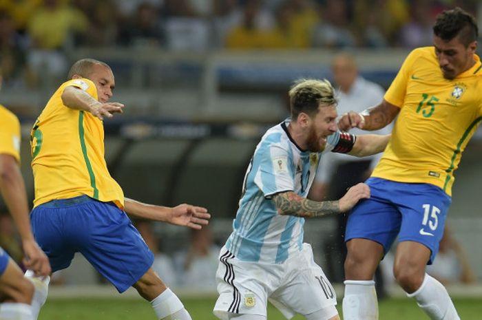 Megabintang Argentina, Lionel Messi (kedua dari kanan), berduel dengan gelandang Brasil, Paulinho, dalam laga Kualifikasi Piala Dunia 2018 Zona Amerika Selatan di Belo Horizonte, Brasil, pada 10 November 2016.