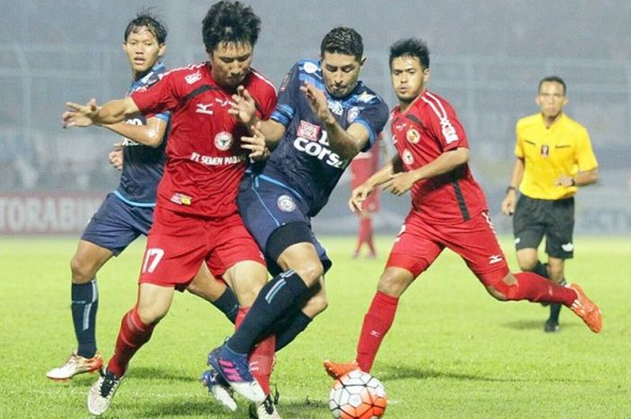 Gelandang Semen Padang, Ko Jae-sung (kiri) berebut bola dengan gelandang Arema FC, Esteban Vizcarra, dalam laga semifinal  di Stadion Kanjuruhan, Kabupaten Malang, pada 5 Februari 2017.