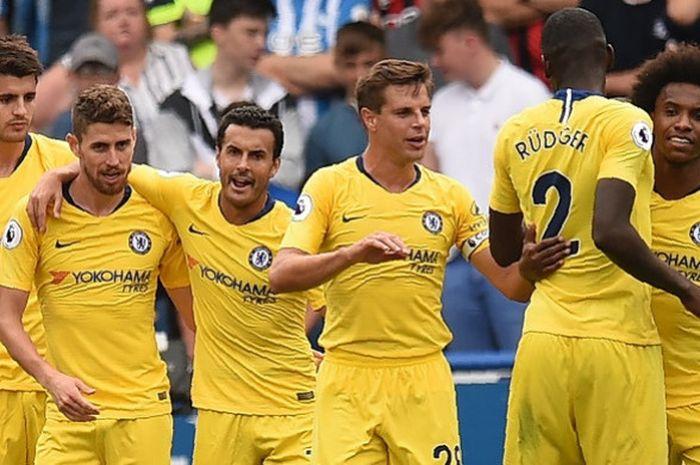 Gelandang Chelsea, Jorginho (kedua dari kiri), merayakan gol yang dicetak ke gawang Huddersfield Town dalam laga Liga Inggris di Stadion John Smith's, Huddersfield pada 11 Agustus 2018.