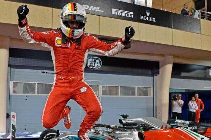 Pebalap Pebalap Ferrari, Sebastian Vettel bereaksi, setelah meraih podium pertama pada GP Bahrain ya