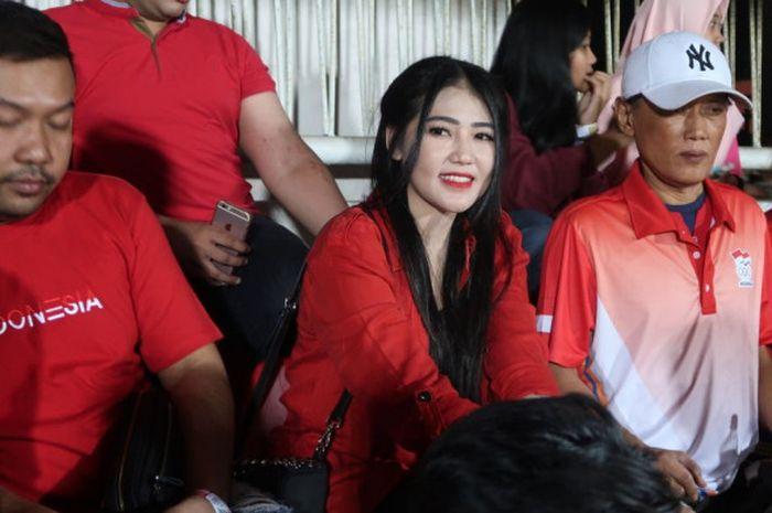 Via Vallen duduk di tribune VIP Selatan menyaksikan laga timnas U-19 Indonesia melawan Singapura, Se
