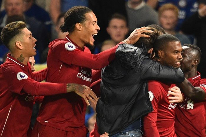 Penyerang Liverpool, Daniel Sturridge (kedua dari kanan), merayakan gol yang dicetak ke gawang Chel