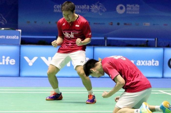 Pasangan ganda putra Indonesia, Marcus Fernaldi Gideon/Kevin Sanjaya Sukamuljo, melakukan selebrasi setelah memenangi pertandingan melawan Fu Haifeng/Zheng Siwei (China) babak final Malaysia Terbuka di Stadium Perpaduan, Kuching, Minggu (9/4/2017). Marcus/Kevin menang 21-14, 14-21, 21-12.