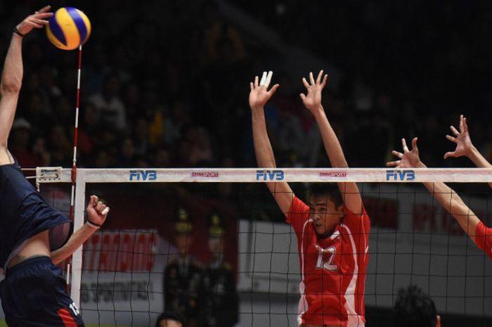 Pemain tim nasional bola voli Indonesia (merah) berusaha memblok pukulan dari pemain Korea Selatan pada laga babak delapan besar Kejuaraan Bola Voli Putra Asia 2017, di GOR Tridharma, Gresik, Jawa Timur, Kamis (27/7/2017).