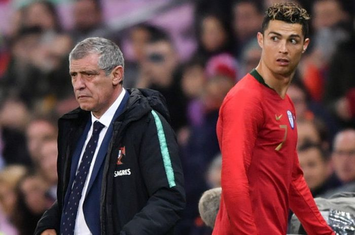 Ekspresi penyerang tim nasional Portugal, Cristiano Ronaldo (kanan), saat ditarik keluar oleh pelatih Fernando Santos dalam laga uji coba menghadapi Belanda di Stade de Geneve, Jenewa, Swiss, pada Senin (26/3/2018).