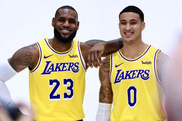 LeBron James (kiri) bersama dengan Kyle Kuzma (kanan) sedang menjalani sesi pemotretan jersey terbaru LA Lakers.