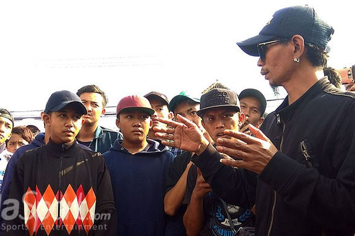 Dirijen Aremania,  Yuli Sumpil (kanan)  memberikan arahan saat Aremania mendatangi kantor Arema FC Jalan Mayjen Pandjaitan no 42 Kota Malang pada (20/4/2018).