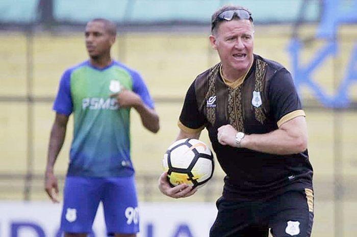 Pelatih PSMS Medan, Peter Butler, mengawal latihan tim di Stadion Teladan, Medan, Selasa (25/9/2018).