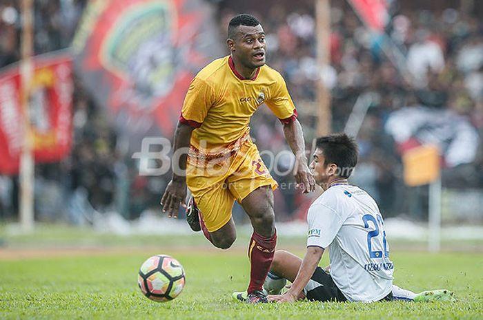 Bek sayap Sriwijaya FC, Marckho Sandy Merauje, lepas dari hadangan pemain Cilegon United dalam laga