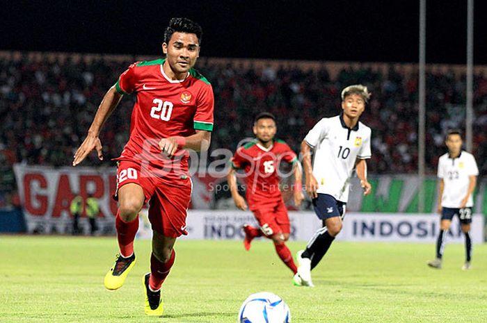 Bek timnas U-19 Indonesia, Asnawi Mangkualam Bahar, mengejar bola saat tampil melawan Singapura pad