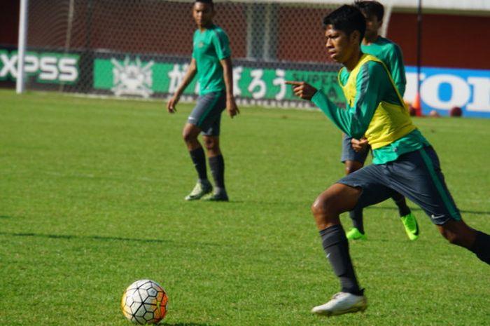 Pemain Timnas U-19 Indonesia, Irsan Lestaluhu, saat uji coba lapangan Stadion Maguwoharjo.