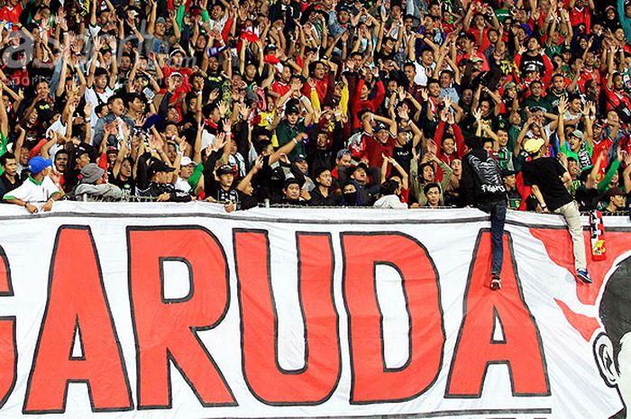 Suporter timnas U-19 Indonesia memadati tribun Stadion Gelora Delta Sidoarjo, Jawa Timur untuk mendukung , Daconi (tengah), menjelang dimulainya laga Grup A Piala AFF U-19 2018 melawan Singapura di Stadion Gelora Delta Sidoarjo, Jawa Timur, Selasa (03/07/2018) malam.