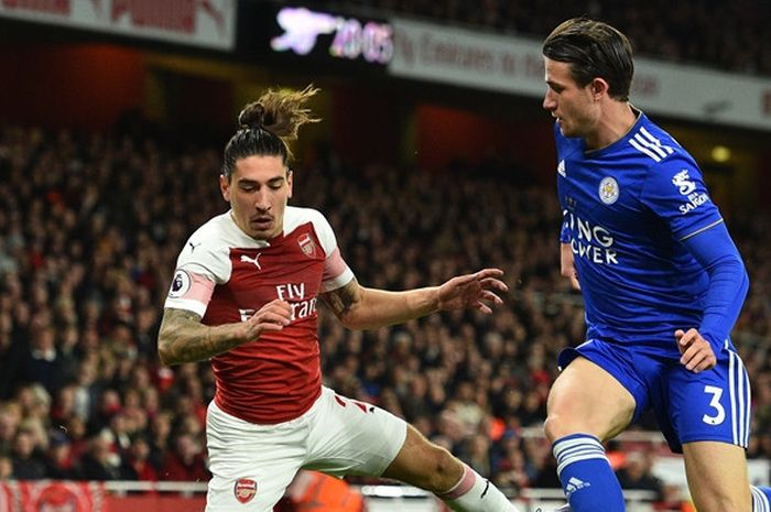 Bek Arsenal, Hector Bellerin (kiri), berduel dengan bek Leicester City, Ben Chilwell, dalam laga Lig