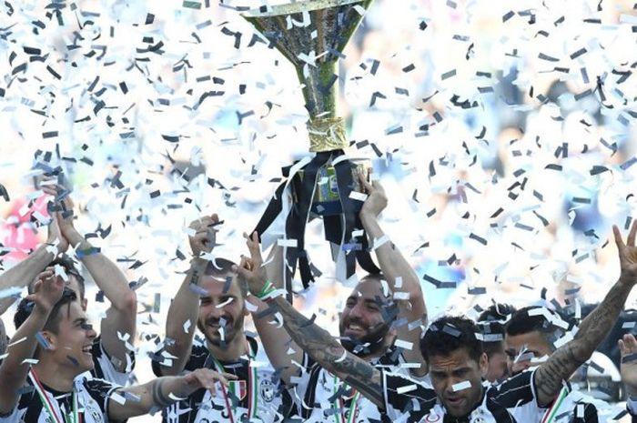 Para pemain Juventus merayakan kesuksesan menjuarai Serie A 2016-2017 setelah mengalahkan Crotone dalam laga level teratas Liga Italia itu di J-Stadium, 21 Mei 2017.