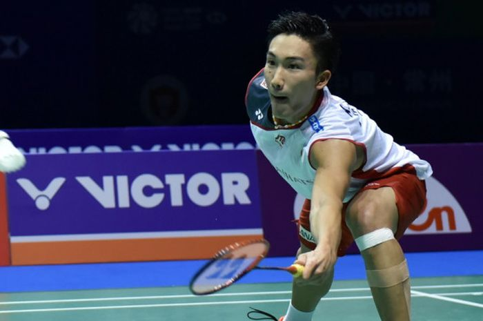 Pebulu tangkis tunggal putra Jepang, Kento Momota, saat menjalani pertandingan melawan Shi Yuqi (China) pada babak semifinal turnamen China Open 2018 di Olympic Sports Center Xincheng Gymnasium, Changzhou, Sabtu (22/9/2018).