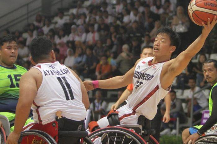 Aksi timnas bola basket kursi roda Indonesia melawan Malaysia di Indonesia Para Games Invitational Tournament yang belangsung di Hall Basket Gelora Bung Karno (GBK), Minggu (1/7/2018).