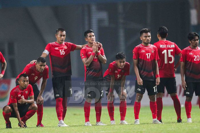 Para pemain Timnas U-23 Indonesia bersedih saat melakoni adu penalti melawan Uni Emirat Arab dalam pertandingan babak 16 besar sepak bola Asian Games 2018 di Stadion Wibawa Mukti, Kabupaten Tangerang, Jumat (24/8/2018).