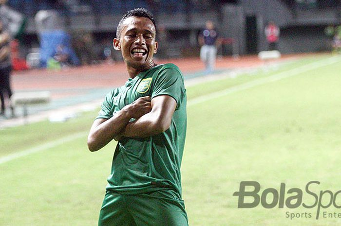 Aksi selebrasi gelandang Persebaya Surabaya, Irfan Jaya, seusai mencetak gol kedua Persebaya saat kontra Perseru Serui, Selasa (23/1/2018) di Gelora Bung Tomo Surabaya.