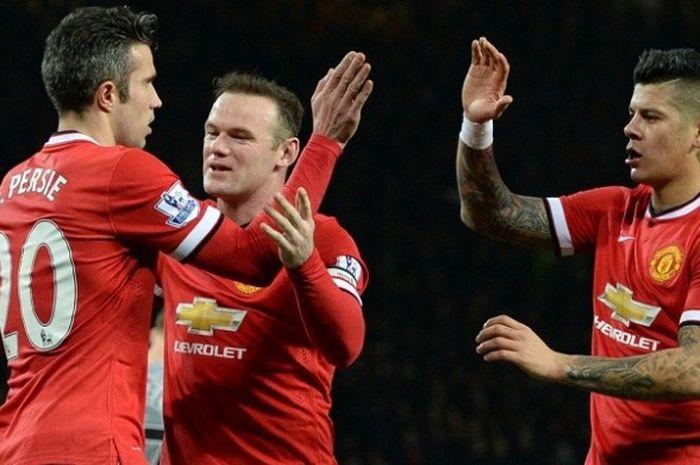 Tiga pemain Manchester United, Robin van Persie (kiri), Wayne Rooney (tengah), dan Marcos Rojo, da