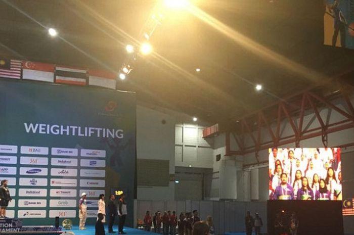 Lifter putri nasional, Nurul Akmal, menerima medali emas setelah memenangi perlombaan nomor +75kg putri pada test event Asian Games 2018, di JIExpo Kemayoran, Jakarta, Senin (12/2/2018).