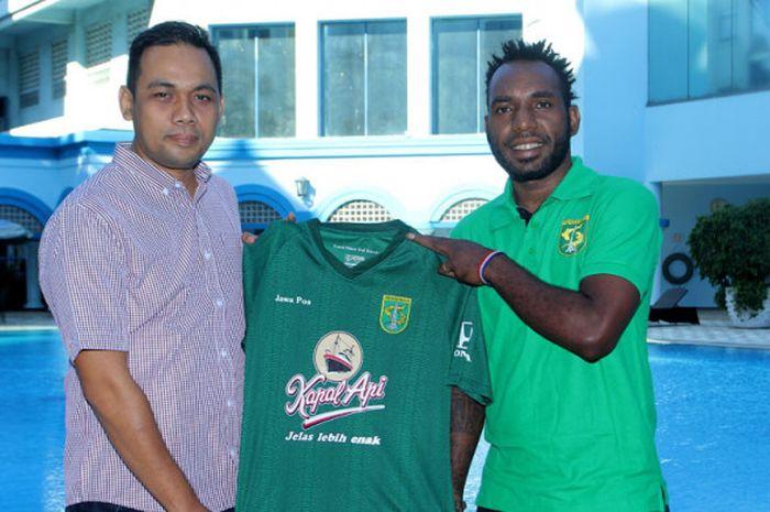 Nerius Alom (kanan) bersama Direktur Tim Persebaya, Chandra Wahyudi usai tanda tangan kontrak,.