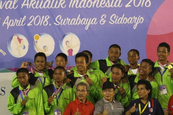 Tim polo air putra Jatim berpose setelah memastikan diri sebagai juara umum Festival Akuatik Indonesia, Minggu (22/4/2018).