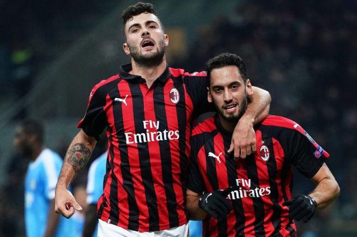 Ekspresi pemain AC Milan, Hakan Calhanoglu (kanan) dan Patrick Cutrone, dalam laga Grup F Liga Europa melawan F91 Dudelange di Stadion San Siro, Milan, Italia pada 29 November 2018.