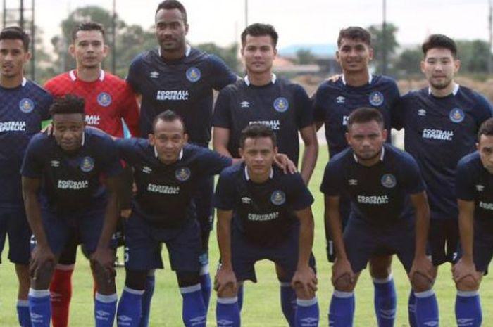 Pemain sayap asal Indonesia, Saddil Ramdani (depan, dua dari kanan) bersama pemain Pahang FA lainnya jelang uji coba kontra Visakha FC di Buriram Training Centre, Thailand, 8 Januari 2019.