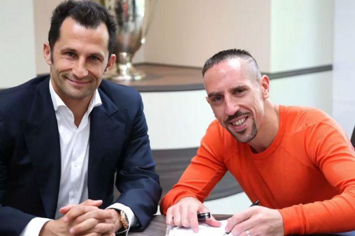 Gelandang Bayern Muenchen, Franck Ribery (kanan), saat menandatangani kontrak baru didampingi oleh D