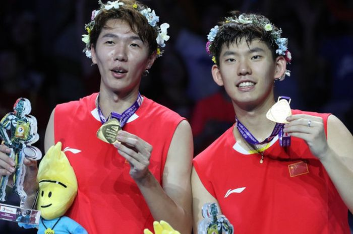 Ganda putra China, Li Junhui (kiri) dan Liu Yuchen, dengan medali emas Kejuaraan Dunia 2018 pada Mi