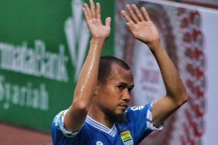 Selebrasi ringan dari kapten Persib Bandung, Supardi Nasir kala mencetak gol ke gawang Persebaya S