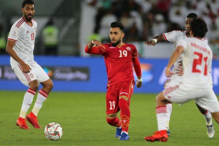 Gelandang timnas Bahrain, Kamil Al-Aswad di antara tiga pemain timnas UEA pada laga pertama Grup A Piala Asia 2019 di Stadion Zayed Sport City, 5 Januari 2019.