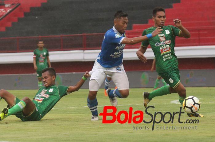 Dua pemain PSMS mencoba menghentikan laju pilar Persib, Tony Sucipto pada lanjutan Liga 1 2018 di Stadion Kapten I Wayan Dipta, Gianyar, 9 November 2018.