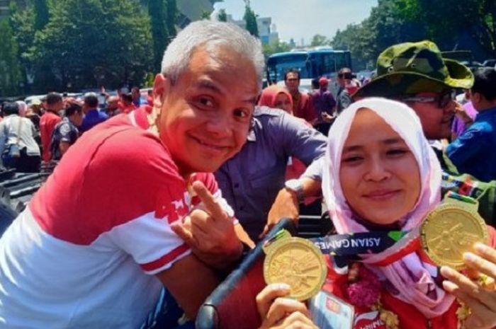 Peraih medali emas cabang panjang tebing Asian Games 2018 (kanan) Aries Susanti Wijaya,  berfoto den