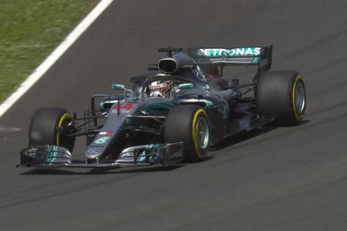Pebalap Mercedes, Lewis Hamilton melaju bersama mobilnya dan jadi yang tercepat saat melakoni sesi latihan bebas kedua (Free Practice 2/FP2) GP Spanyol 2018 di Sirkuit Catalunya pada Jumat (11/5/2018).
