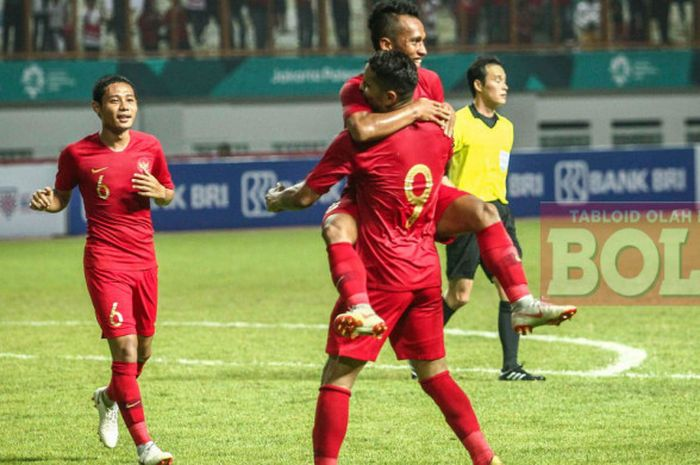 Penyerang timnas Indonesia, Irfan Jaya, memeluk Alberto Goncalves seusai mencetak gol pada laga persahabatan internasional kontra Myanmar di Stadion Wibawa Mukti, Cikarang, Selasa (10/10/2018).
