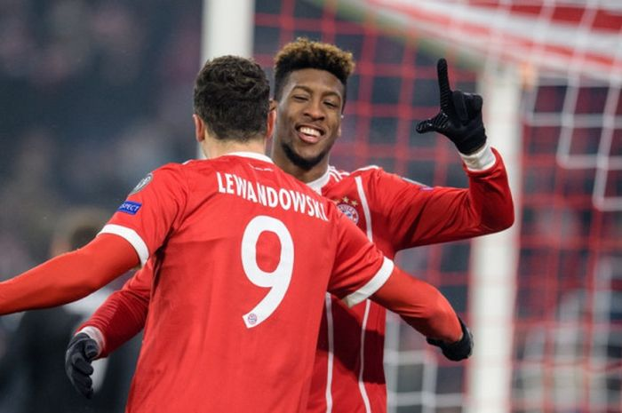 Striker Bayern Muenchen, Robert Lewandowski (kiri), merayakan golnya bersama Kingsley Coman dalam laga leg pertama babak 16 besar Liga Champions kontra Besiktas di Stadion Allianz Arena, Muenchen, Jerman, pada 20 Februari 2018.