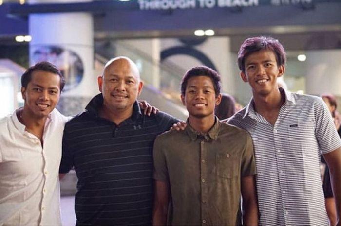 Perenang pelatnas di Australia dari kiri ke kanan,Siman Sudartawa, Wisnu Wardhana (Manajer tim renang), Fadlan Prawira, Triady Fauzi.